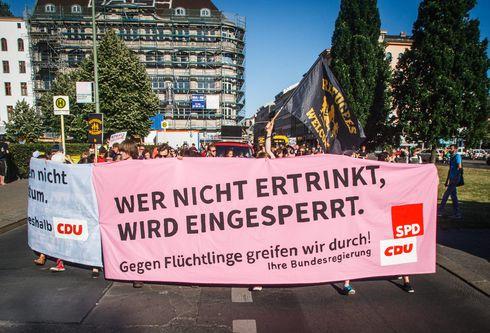 Am Mittwochabend zogen mehrere Hundert Flüchtlingsaktivisten vor die Berliner SPD-Zentrale und demonstrierten dort gegen die Verschärfung des Bleiberechts. Sie halten die aktuelle Gesetzesänderung für den größten Einschnitt in das Recht auf Asyl seit 1993.<br /> Foto: Theo Schneider
