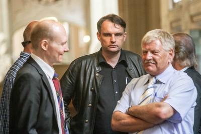 Udo Voigt und Uwe Meenen im Gericht. Bild: Theo Schneider