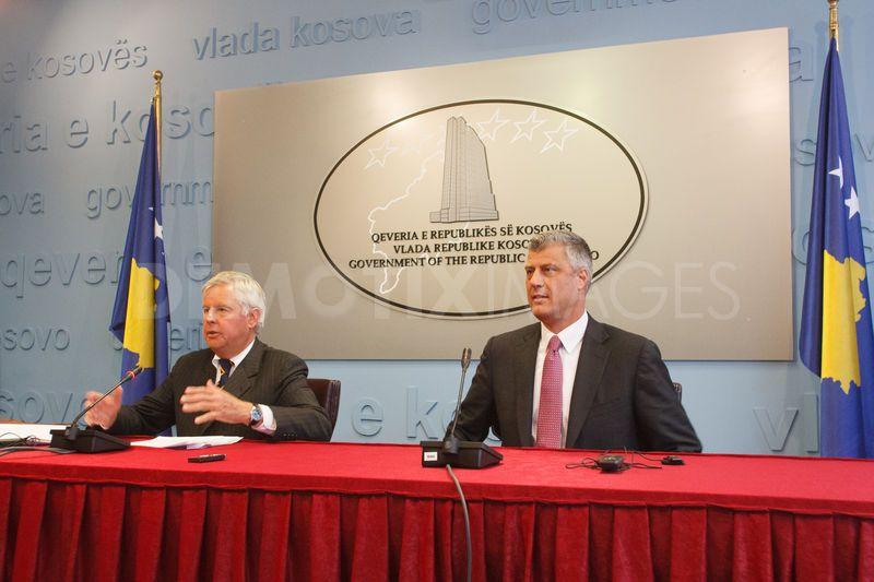 Der Internationale Repräsentant für das Kosovo, Pieter Feith und der kosovarische Ministerpräsident Hashim Thaçi auf einer Pressekonferenz zum Ende der