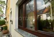 Eingeworfene Fensterscheibe des Bezirkspolitikers Hans Erxleben. Photo: Theo Schneider