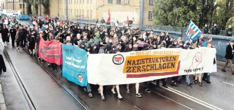 Linke und Autonome halten bei ihrem Protestmarsch durch Schöneweide ihre Parolen hoch. Foto: Theo Schneider