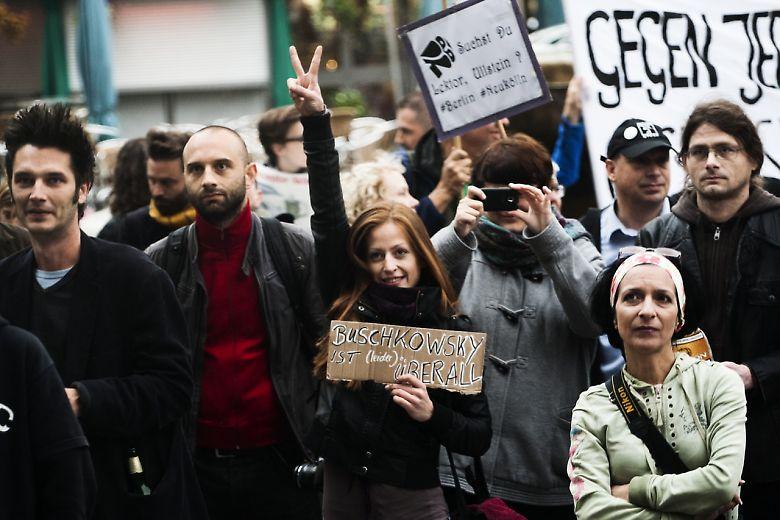 Protester. 'Buschkowsy er (desværre) alle- vegne,' står der med reference til bogtitlen på et af skiltene ved en af de demonstrationer, Neukölln-borgmesterens bog om bydelens indvandrere har udløst. Foto: Theo Schneider/Scanpix