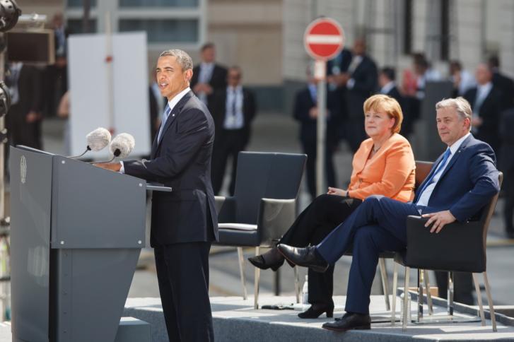 Angela Merkel lytter til præsident Obamas tale i Berlin 19. juni. Kansleren forholdt sig afventende, efter det blev afsløret, at den amerikanske efterretningstjeneste NSA også overvåger tyske statsborgere. Nu skriver avisen Bild, at den tyske efterretningstjeneste har kendt til overvågningen i årevis. Foto: Theo Schneider.