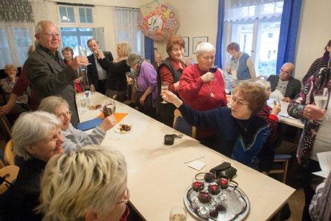 Hausbesetzung kann sich lohnen: Der Seniorentreff in der Stillen Straße in Pankow gehört nun seinen Nutzern. Darauf stoßen sie an. Foto: Theo Schneider