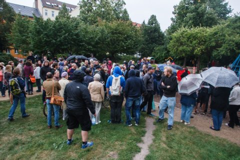 Rund 120 Menschen folgten Sonntagabend einem anonym verbreiteten Aufruf zu einer Anwohnerversammlung in einem Park gegenüber der geplanten Asylbewerberunterkunft in Pankow (Heinz-Knobloch-Platz, Mühlenstr./Masurenstr.).  Foto: Theo Schneider