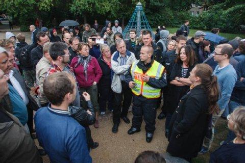 Debatte am Spielplatz: Die Polizei redete mit den Versammelten. Foto: Theo Schneider