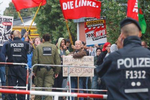 Mit Fahnen und Schildern protestieren Gegendemonstranten gegen die NPD in Hellersdorf.<br /> Foto: Theo Schneider