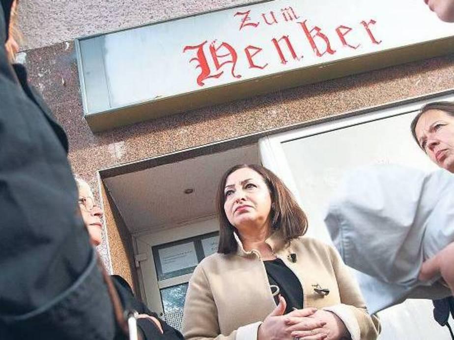 Ortstermin. Senatorin Dilek Kolat spricht vor der berüchtigten Kneipe