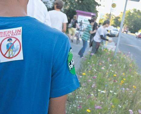 """Mit Logo gegen Neonazis. Bei ihren Einsätzen in Ortsteilen wie Johannisthal machen die Aktivisten von """"Uffmucken"""" aus ihrer Mission kein Hehl. Foto: Theo Schneider"""