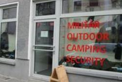 """Szeneladen für """"paramilitärische Ausrüstungsgegenstände""""; Photo: Theo Schneider"""