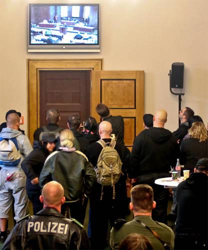 Bewacht von der Polizei, müssen Rechtsextremisten die BVV am Monitor vor der Tür verfolgen, weil der Publikumsbereich im Saal demokratisch besetzt war. Foto: Theo Schneider