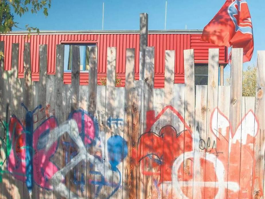 Abgeschirmt. Das Anton-Schmaus-Haus der SPD-nahen Jugendorganisation Falken in Britz ist im Visier von Rechtsextremisten. Der Bauzaun wurde in der Nacht zu Dienstag von unbekannten Tätern mit Nazi-Symbolen beschmiert. Foto: Theo Schneider
