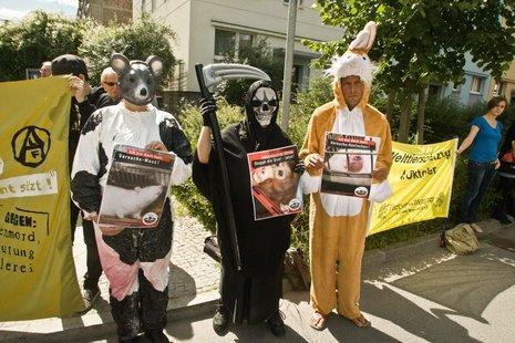 Kreativer Protest gegen Laborneubau. Foto: Theo Schneider
