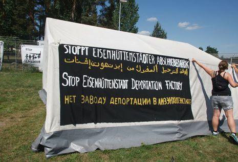 Berliner Aktivisten des Kreuzberger Flüchtlings-Protestcamps errichteten am Dienstag in einer unangemeldeten Aktion ein Protestzelt vor der Brandenburger Flüchtlingsunterkunft in Eisenhüttenstadt.<br /> Foto: Theo Schneider