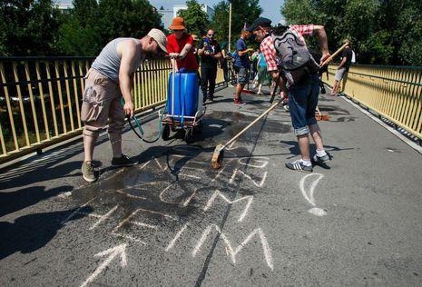 Weg mit den Parolen: Putzspaziergang in Hellersdorf. Foto: Theo Schneider