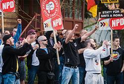 Johlende und gröhlende Teilnehmer bei der NPD-Kundgebung in Berlin-Adlershof; Photo: Th.S.