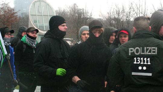 Vermummt und gewaltätig: Stefan Liedtke (mit Palituch) griff aus dem rechten Mob heraus einen Fotografen an © Theo Schneider