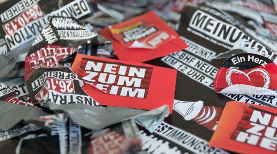 60 Teilnehmer eines Putzspaziergangs entfernten rassistische Propaganda in Berlin-Hellersdorf © Florian Boillot