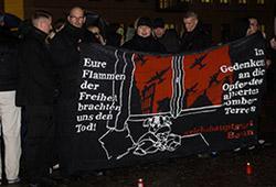 """Braune """"Mahnwache"""" am Brandenburger Tor am Jahrestag der Bombardierung Dresdens; Photo: Theo Schneider"""