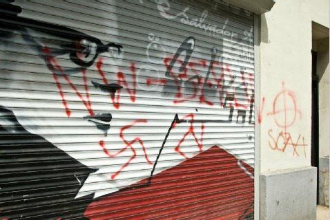 Die beschmierte Front der Chile-Freundschaftsgesellschaft in Neukölln. Foto: Theo Schneider