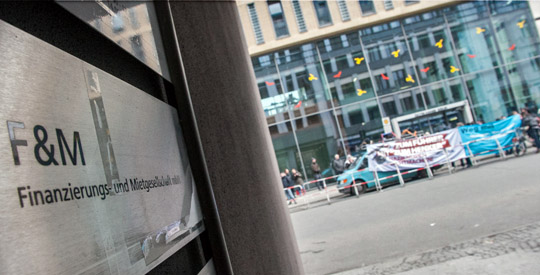 Protest vor der Berliner Filiale der F&M Finanzierungs- und Mietgesellschaft mbH © Theo Schneider