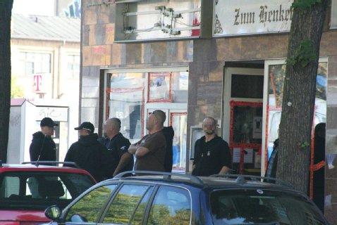"""Neonazis in Pose vor dem berüchtigten """"Henker"""" in der Brückenstraße in Schöneweide. Foto: Theo Schneider"""