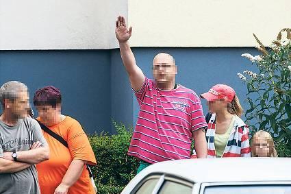 Verboten. Ein Mann zeigte den Hitlergruß und wurde festgenommen. Foto: Theo Schneider