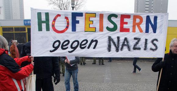 """Mit dabei: Die Initiative """"Hufeisern gegen Nazis"""" protestiert gegen eine NPD-Veranstaltung in Neukölln © Theo Schneider"""