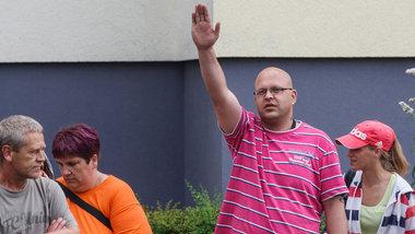 Haßbotschaft zum Einzug der Flüchtlinge in die Notunterkunft Marzahn-Hellersdorf<br /> Foto: Theo Schneider
