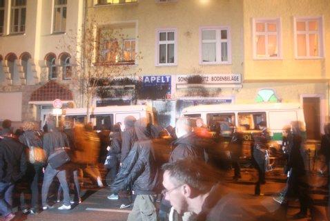 Heftige Ausschreitungen beim Gedenkmarsch für das Neonazi-Opfer Silvio Meier im November 2009. Drohen am Wochenende Szenen wie diese?<br /> Foto: Theo Schneider