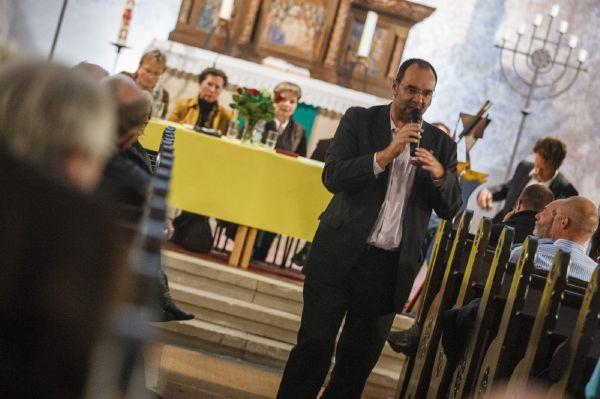 Politici a občané v jednom z kostelů v Grünau v Berlíně diskutují o pomoci nové vlně imigrantů z Balkánu (říjen 2012). Foto: Theo Schneider / Demotix / Profimedia