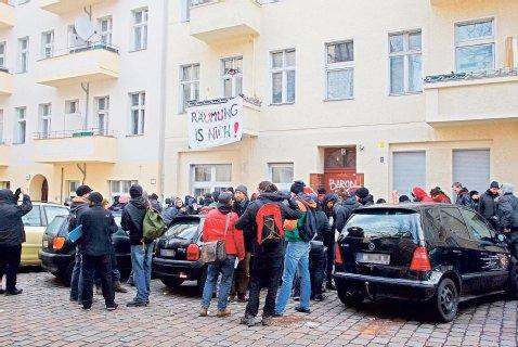 70 Räumungs-Gegner waren am Vormittag gekommen, um die Räumung lautstark zu verhindern.Foto: Theo Schneider