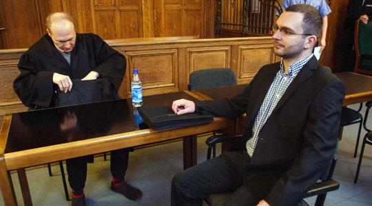 Berliner NPD-Chef Schmidkte neben seinem Anwalt Carsten Schrank am Mittwoch vor dem Berliner Amtsgericht © Theo Schneider