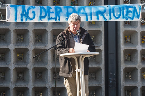Am Mikrofon vor der Berliner Gedächtniskirche. Dr. Karl Schmitt, Anmelder der Bärgida, spricht über seine Unzufriedenheit. Foto: Theo Schneider / Demotix
