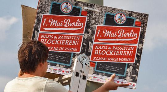 Vorbereitung für den 1. Mai: Plakate werden in Schöneweide angebracht © Theo Schneider