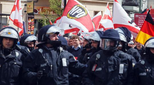 Ein Großaufgebot der Polizei ermöglichte in Berlin der NPD das Marschieren © Theo Schneider