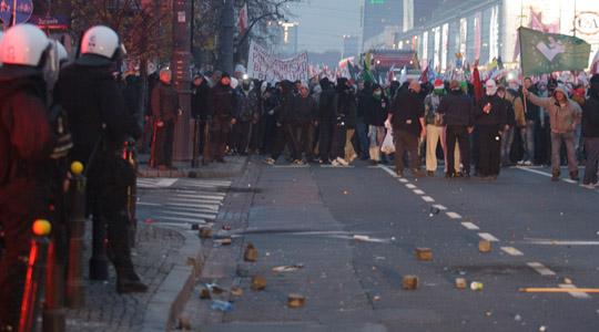 Eine Gruppe polnischer Polizisten steht randalierenden Neonazis gegenüber © Theo Schneider
