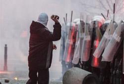 Vermummter Hooligan in Warschau bei Steinwurf auf Polizisten; Photo: T. Schneider