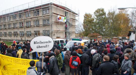 Vor dem Asylbewerberheim in Waßmannsdorf protestierten am Samstag 150 Menschen gegen den Anschlag auf das Gebäude, der kürzlich mutmaßlich von Rechtsextremen verübt wurde. Die Teilnehmer, darunter Flüchtlinge aus dem Camp auf dem Berliner Oranienplatz, marschierten vom S-Bahnhof Schönefeld zum Heim. FOTO: THEO SCHNEIDER